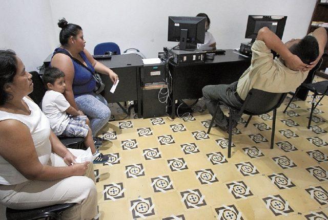 Usuarios siguen sin recibir su documento personal de identificación. (Foto Prensa Libre: HemerotecaPL)