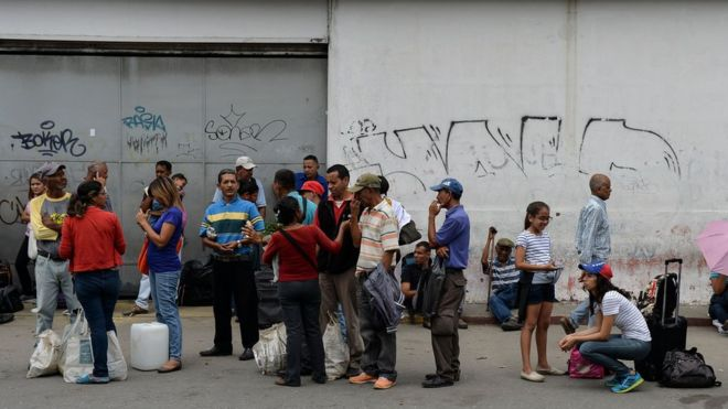La severa crisis económica limita la disponibilidad de transporte público en Venezuela, obligando a los ciudadanos a esperar en largas colas. GETTY IMAGES