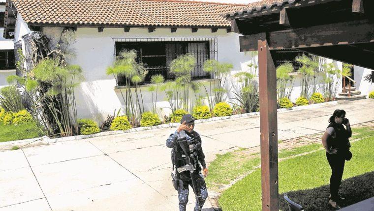En la 6 calle 2-38 de la zona 10, se realizó un allanamiento, en donde se busca recabar evidencias, en el caso que se sigue en contra del profugo Alejandro Sinibaldi. Foto Prensa Libre: Estuardo Paredes.