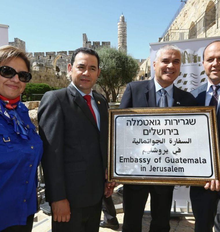 """La placa identifica a """"la embajada de Guatemala en Jerusalén"""", escrito en tres idiomas: Hebreo, árabe e inglés. (Foto Prensa Libre: Cancillería de Israel)"""