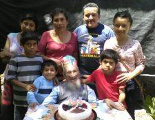 Gerónimo García celebra su cumpleaños rodeado de su familia. (Foto Prensa Libre: Oswaldo Cardona).