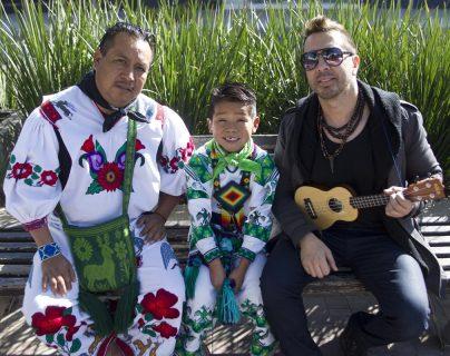 """Yuawi (c), su padre, José (i) y el autor del tema """"Movimiento Naranja"""", Moy Barba (d), en Guadalajara, México (Foto Prensa Libre: EFE)."""