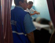 Personal de la PDH llega al Hospital Regional de Huehuetenango, donde el menor agredido se recupera. (Foto Prensa Libre: Cortesía)