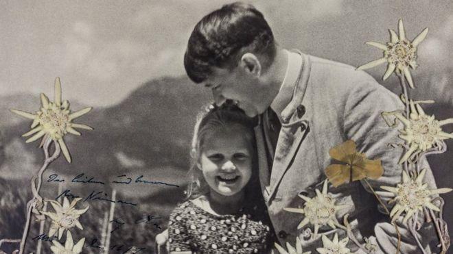 Una foto de Hitler con una niña judía, con quien compartía una amistad, fue subastada este martes por US$11 mil 520. ALEXANDER HISTORICAL AUCTIONS