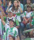 Los aficionados de Antigua GFC disfrutaron de una fiesta en el estadio Pensativo en la ciudad colonial. (Foto Prensa Libre: Norvin Mendoza)