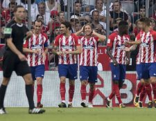 Los jugadores del Atlético de Madrid festejan luego de la segunda anotación. (Foto Prensa Libre: AP)