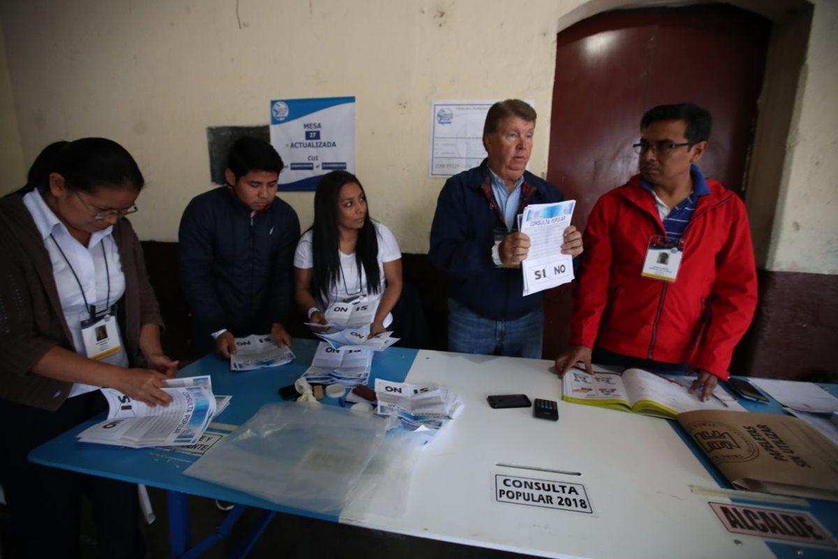 Los fiscales de mesa tienen como principal función vigilar que los votos de los partidos que representan no sean anulados de manera incorrecta por parte de las autoridades electorales. (Foto Prensa Libre: Hemeroteca PL)