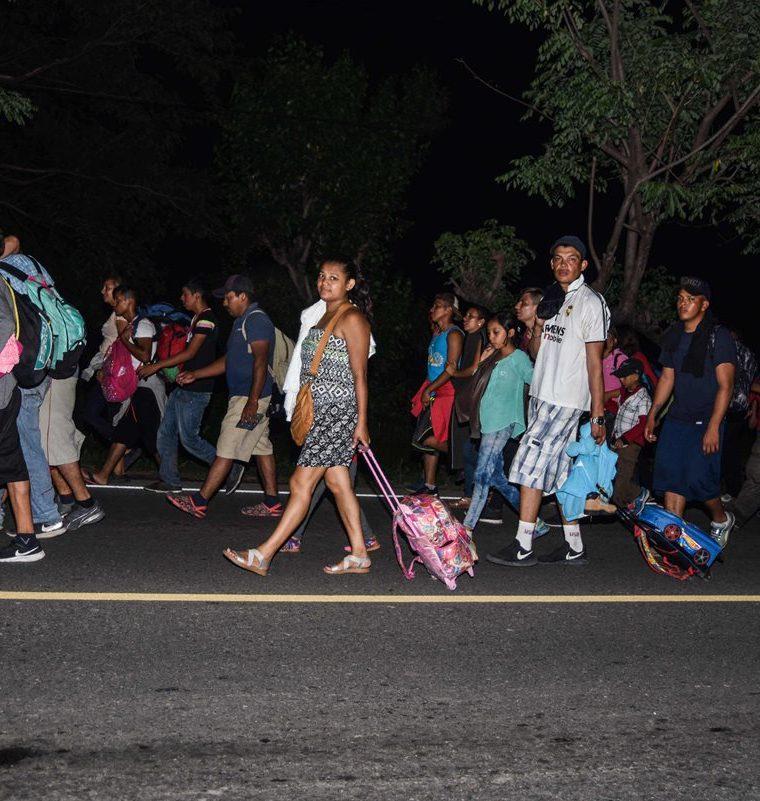 Otro grupo de hondureños viaja hacia la capital con el mismo objetivo, acercarse a la frontera con México. (Foto Prensa Libre: AFP)
