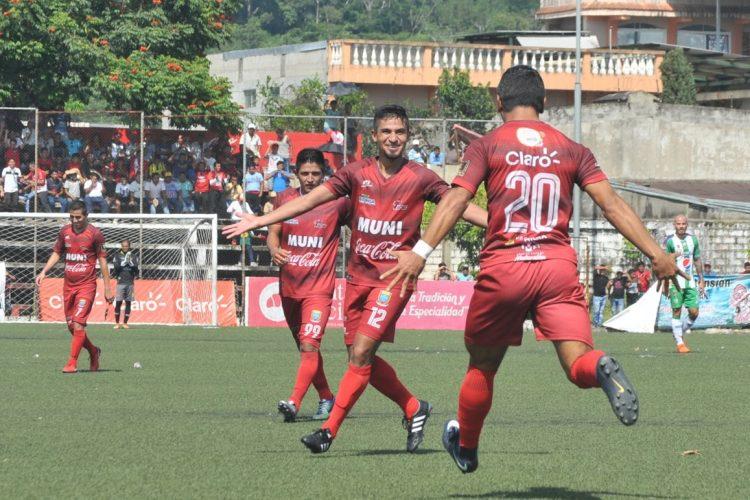 Edward Santeliz celebra después de anotar el 2-0 para Malacateco.