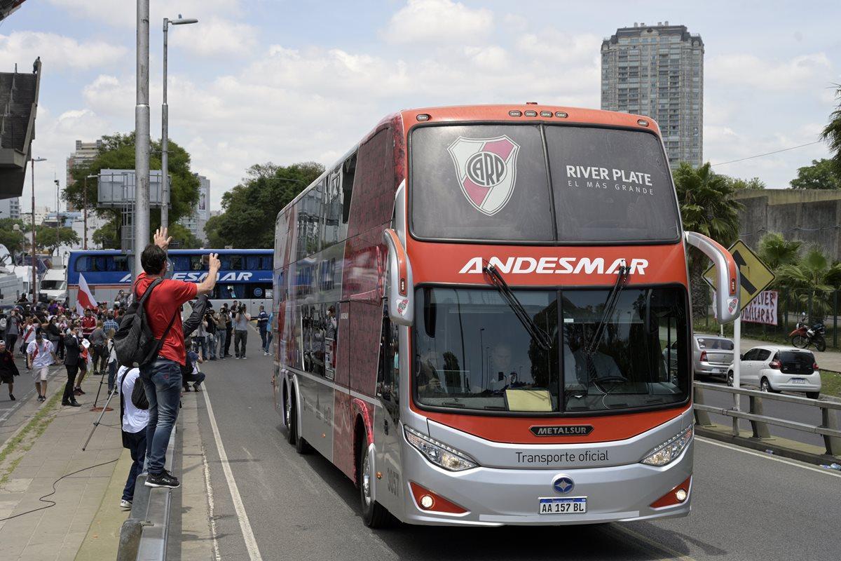 Algunos aficionados despidieron a River Plate antes de que viajaran a Madrid. (Foto Prensa Libre: AFP)