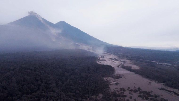 Vista aérea del Caserío San Miguel Los Lotes un día después de la erupción del volcán de Fuego. (Foto Prensa Libre:EFE).