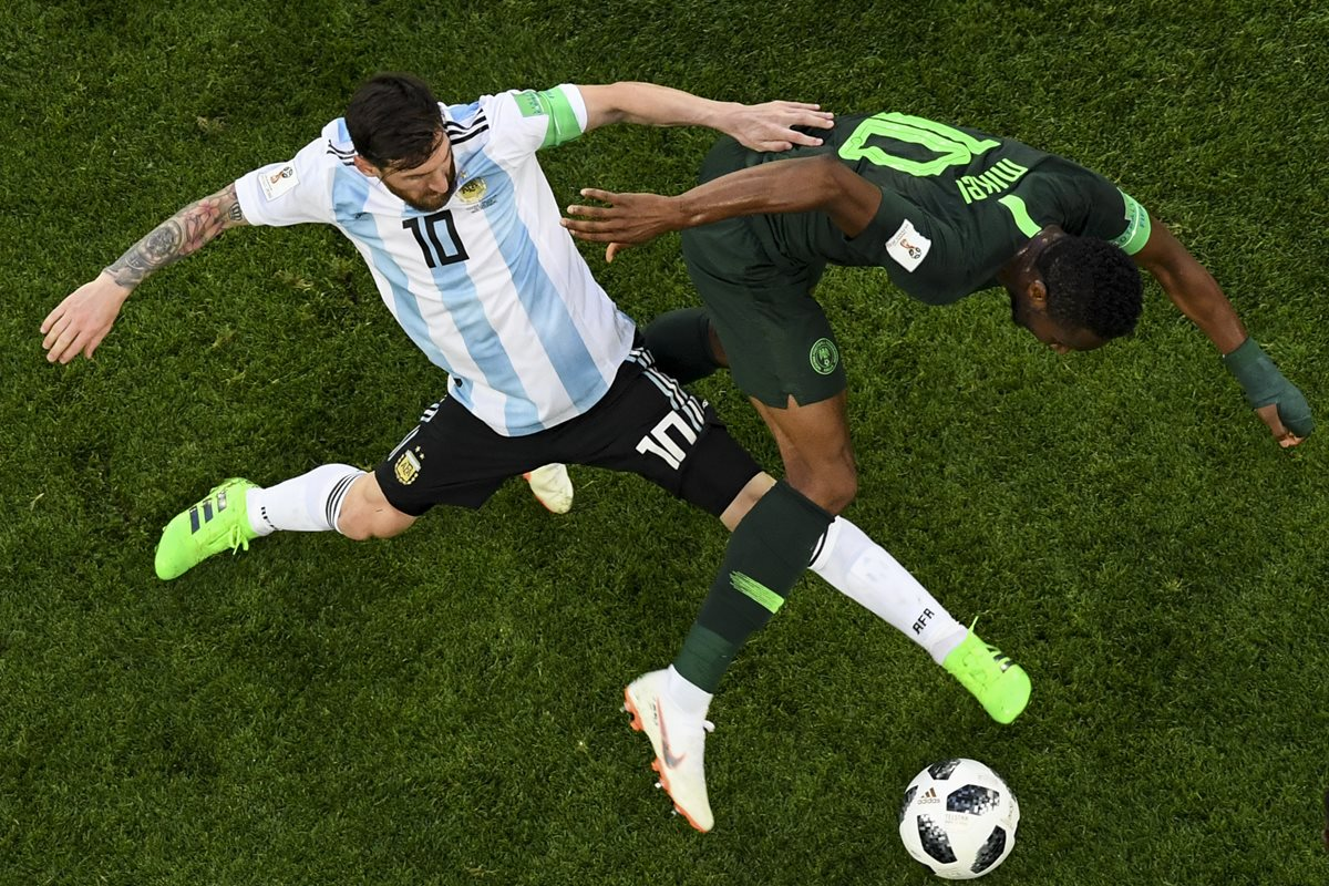 John Obi Mikel disputa el balón con Lionel Messi en una acción del partido entre gauchos y africanos en la última jornada de la fase de grupos de Rusia 2018. (Foto Prensa Libre: AFP)