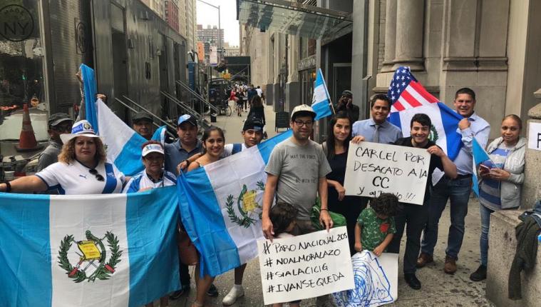Migrantes protestan frente al consulado de Guatemala en Nueva York, en contra del Gobierno y a favor de la Cicig e Iván Velásquez. (Foto Prensa Libre: Cortesía)