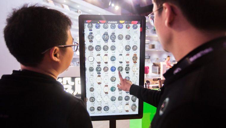 Varias personas seleccionan artículos en una pantalla electrónica en una exposición de T-Mall durante el festival de compras del Día de los Solteros en Shanghai. Esas ofertas son consideradas el festival de compras en línea de un día más grande del mundo. (Foto, Prensa Libre: AFP).