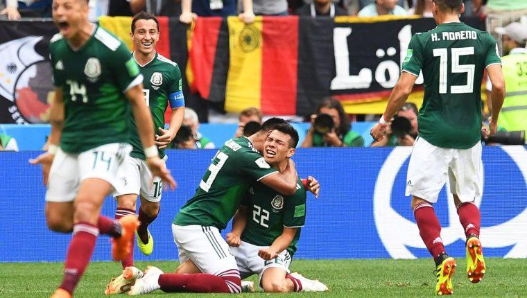 Hirving 'el Chucky' Lozano festeja después de anotar el gol del triunfo para México sobre Alemania. (Foto Prensa Libre: EFE)