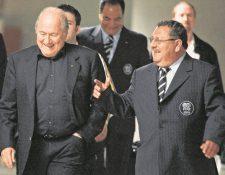 Rafael Salguero (derecha) aparece nuevamente. El hombre de confianza de Joseph Blatter será sentenciado en diciembre. (Foto Prensa Libre: Hemeroteca PL)