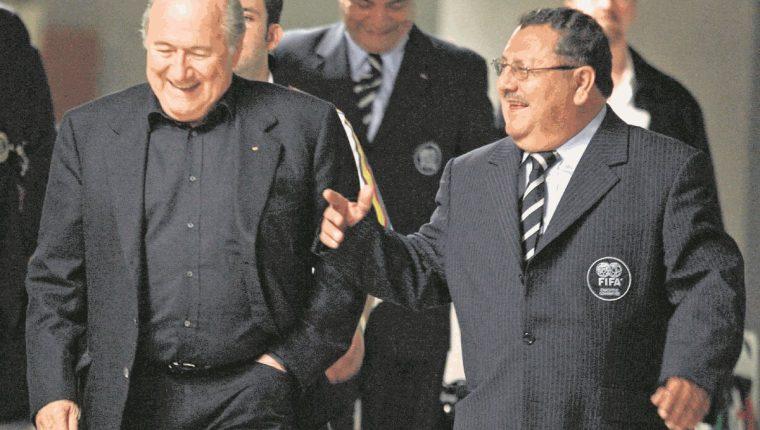 El dirigente guatemalteco Rafael Salguero mantenía una buena relación con el expresidente de la Fifa, Joseph Blatter. (Foto Prensa Libre: Hemeroteca PL)