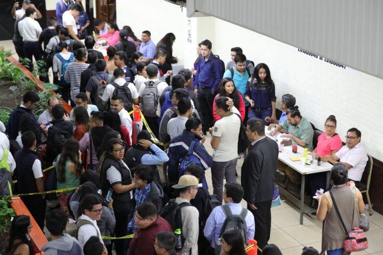 Masiva afluencia en la facultad de Ciencias Económicas del campus central de la USAC