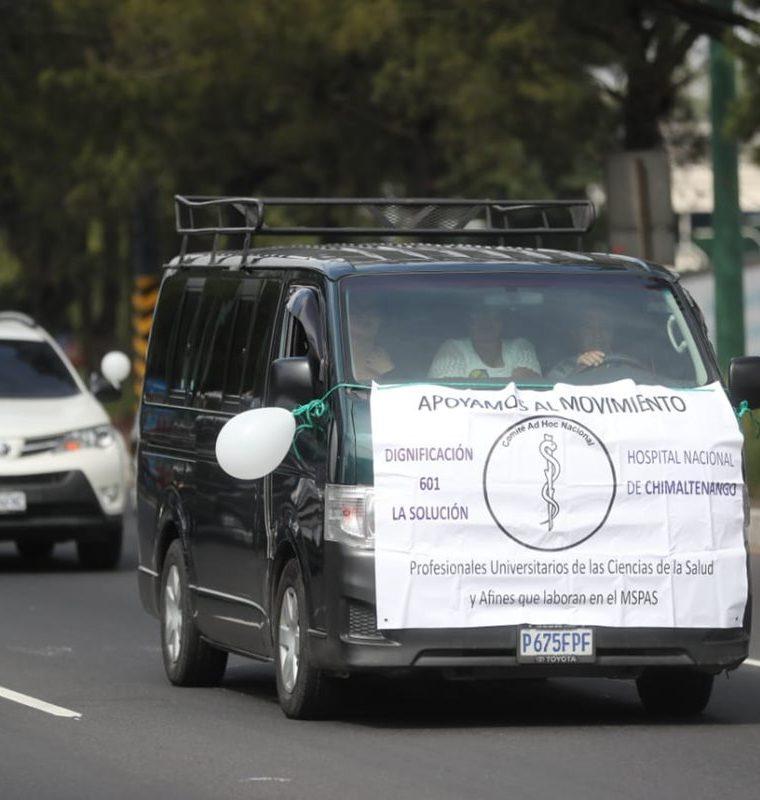 Médicos llegaron en caravana a la Asamblea Nacional que se lleva a cabo en el polideportivo de la Usac. (Foto Prensa Libre: Érick Ávila)