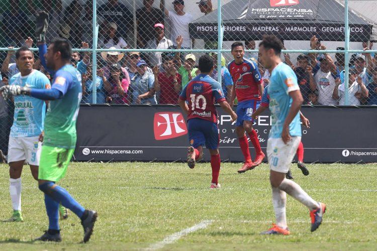 Jorge Mario Ortiz fue el héroe de Xelajú al marcar contra Sanarate. (Foto Prensa Libre: Francisco Sánchez).