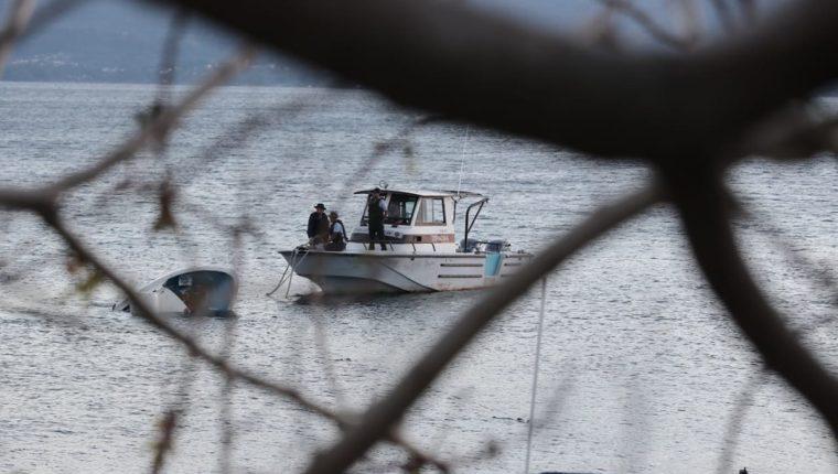 La lancha siniestrada fue remolcada este jueves a la playa pública de Panajachel, Sololá. (Foto Prensa Libre: Juan Diego González)