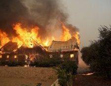El fuego consume un granero en una granja en Glen Ellen, California.(Foto Prensa Libre:AFP).