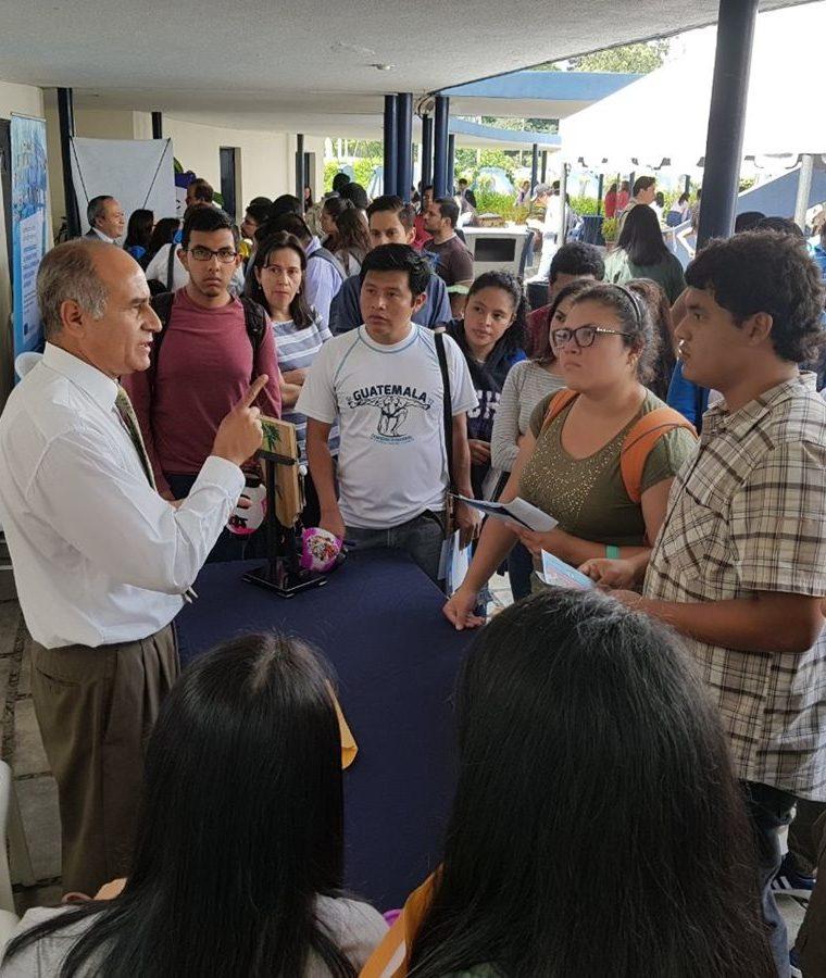 Estudiantes solicitan información de las diferentes becas que ofrece la Feria de Becas de la Usac. (Foto Prensa Libre: Cortesía)