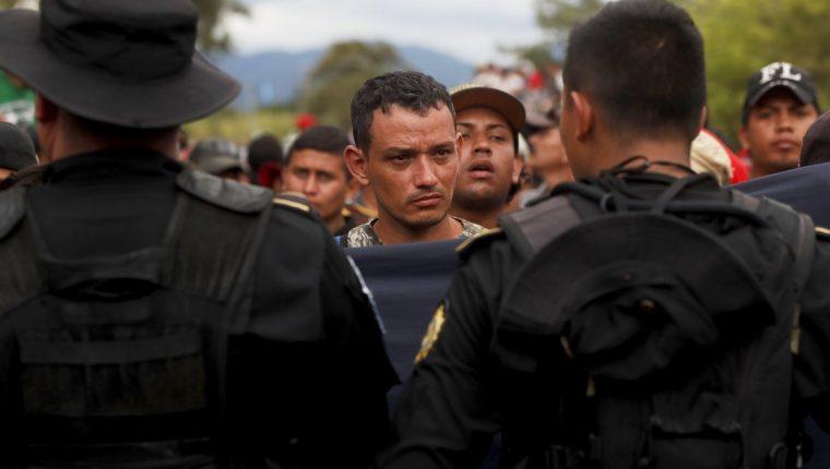 Expertos consideraron un error que el Gobierno quiera impedirles el paso a los migrantes hondureños. (Foto Prensa Libre: EFE)
