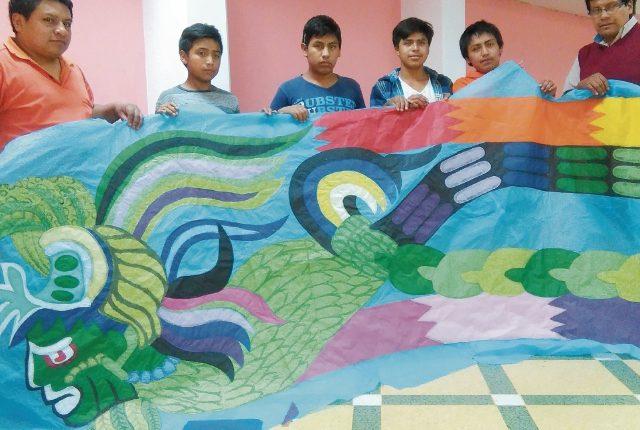 Integrantes de la agrupación Gorrión Chupaflor muestran una de las piezas del barrilete que elaboran. (Foto Prensa Libre: Oscar Felipe)