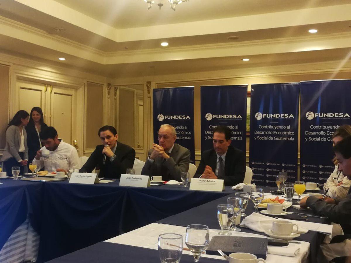 Juan Carlos Paiz, Presidente de Fundesa (al centro) presentó los resultados del Índice de Competitividad Global 2017-2018 en los que el país reportó niveles similares a los de Honduras y El Salvador. (Foto Prensa Libre: Natiana Gándara)