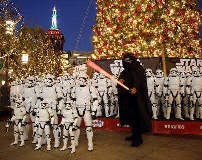 Ejército de stortroopers en California. La nueva entrega de Stars Wars ha sido un éxito en la taquilla estadounidense. (Foto Prensa Libre, AP)