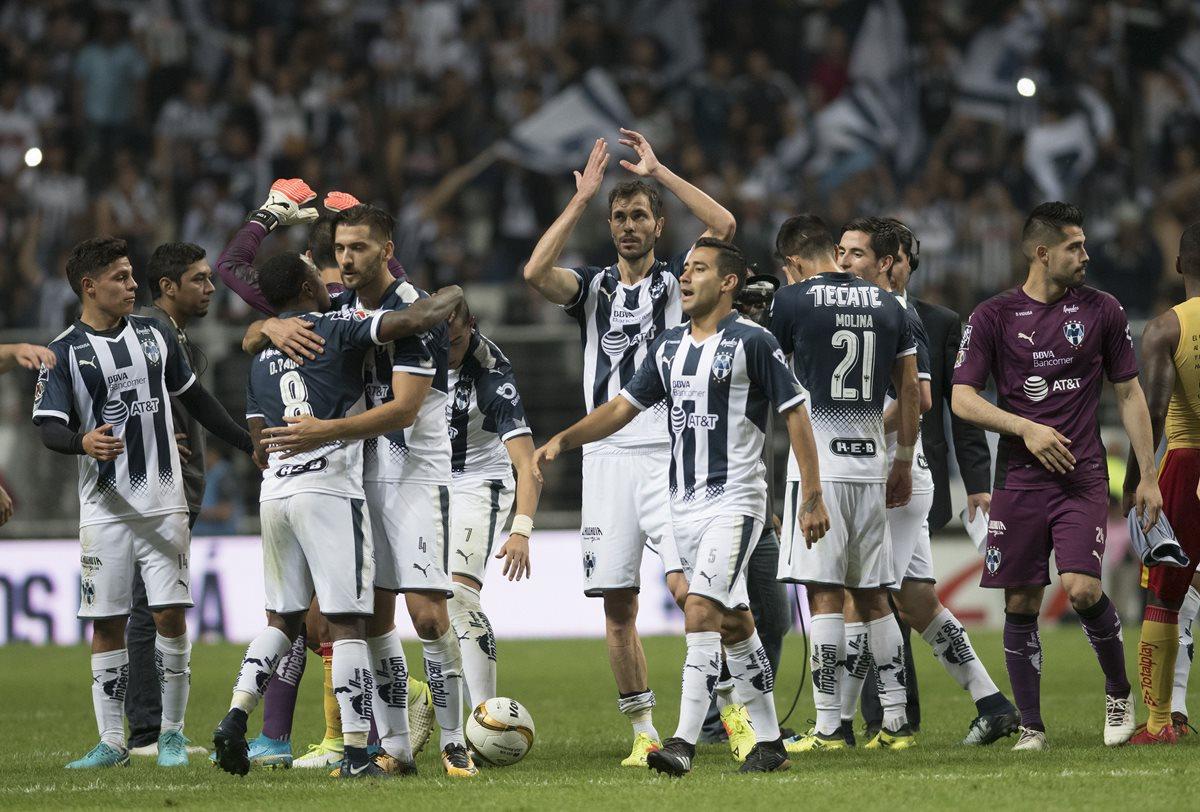 Jugadores de Rayados de Monterrey celebran el pase a la final tras derrotar al equipo de Monarcas Morelia. (Foto Prensa Libre: EFE)