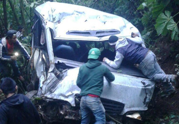 El autobús cayó en un barranco de aproximadamente 40 metros de profundidad. (Foto Prensa Libre: Mike Castillo)