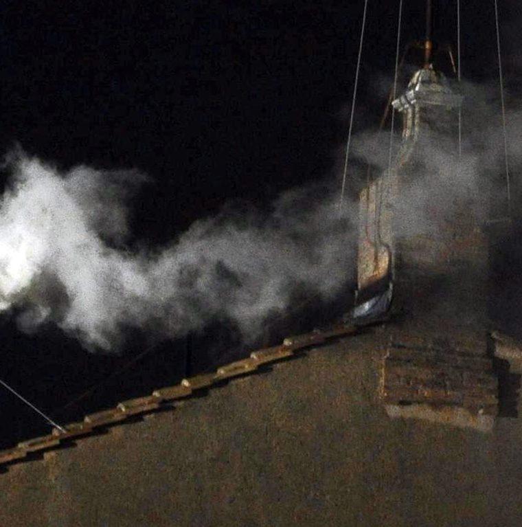 La fumata blanca surge de la chimenea de la Capilla Sixtina en la segunda jornada de Cónclave en la ciudad del Vaticano donde resultó electo el cardenal Bergoglio como nuevo Papa. (Foto: EFE)