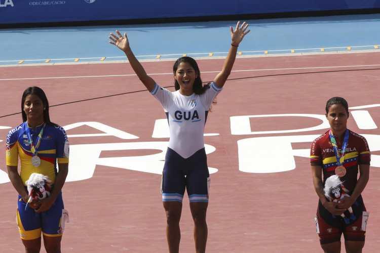 Dalia Soberanis levanta los brazos en señal de victoria. (Foto Prensa Libre: Cortesía ACD)