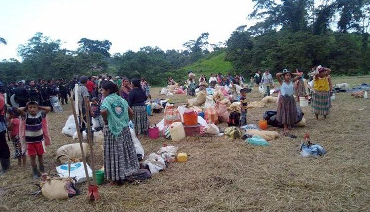 Unas 80 familias, muchas de ellas con varios niños, fueron desalojadas en Lívingston, Izabal. (Foto Prensa Libre: Dony Stewart)
