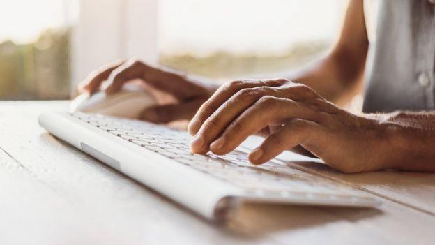La opción más sencilla es conectar un ratón y un teclado inalámbricos.