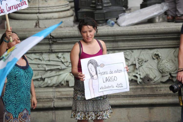 Manifestantes recuerdan la muerte de varias niñas en el Hogar Seguro Virgen de la Asunción