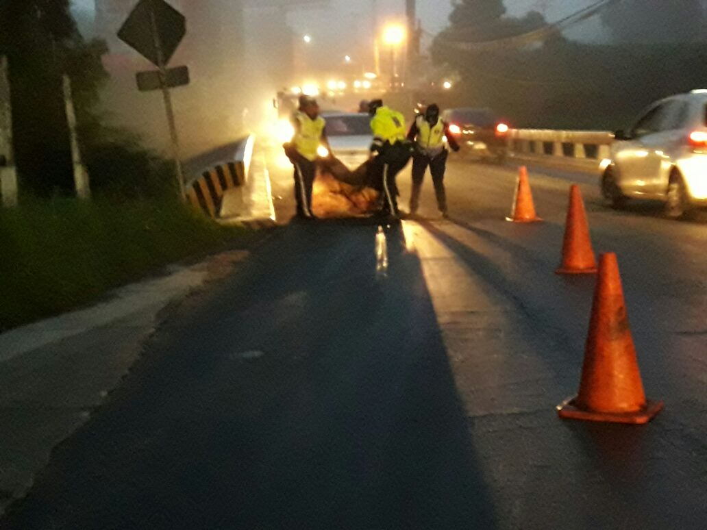 Limpieza de combustible cerca del puente Tubac. (Foto Prensa Libre: Santos Dalia)