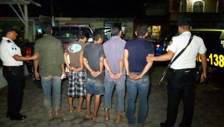 Cinco personas fueron sorprendidos en escuela cuando intentaban llevarse artículos para prepara la refacción escolar. (Foto Prensa Libre)