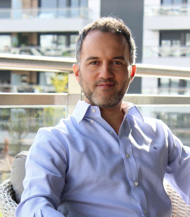 Pablo Sanguinetti es argentino y licenciado en Teoría de la Literatura por la Universidad Complutense de Madrid. PABLO SANGUINETTI