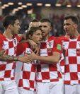 Los jugadores de Croacia felicitan a Luka Modric después del segundo tanto del cuadro balcánico. (Foto Prensa Libre: AFP)