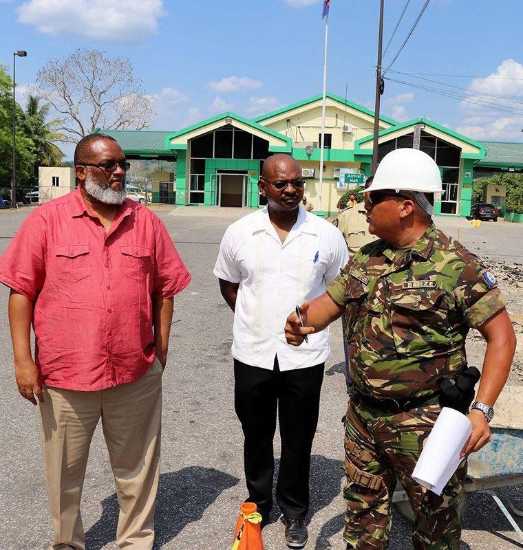 Autoridades de Belice verifican la obra que construyen en la zona de adyacencia. (Foto Prensa Libre: Gobierno de Belice)