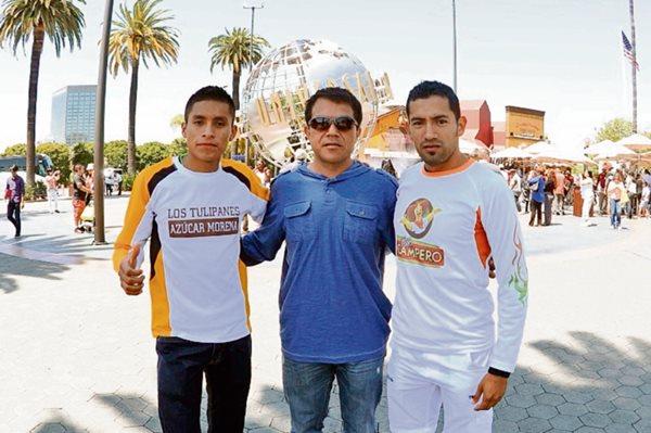 Carlos Trejo (C) es el entrenador de ambos corredores. (Foto Prensa Libre: Francisco Sánchez).