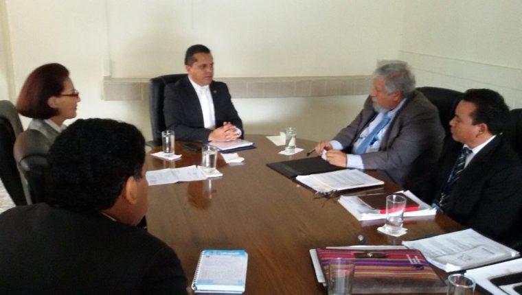 Diputados y autoridades del Ministerio de Cultura se reunieron en el Congreso. (Foto Prensa Libre: Álvaro Interiano)