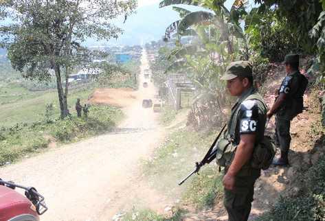 Soldados vigilan uno de los retenes en Santa Cruz Barillas, Huehuetenango, por el estado de Sitio.