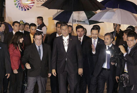 Rafael Correa, durante su arribo a Guatemala, en donde participará en foro regional, junto a expresidentes y otros personajes.