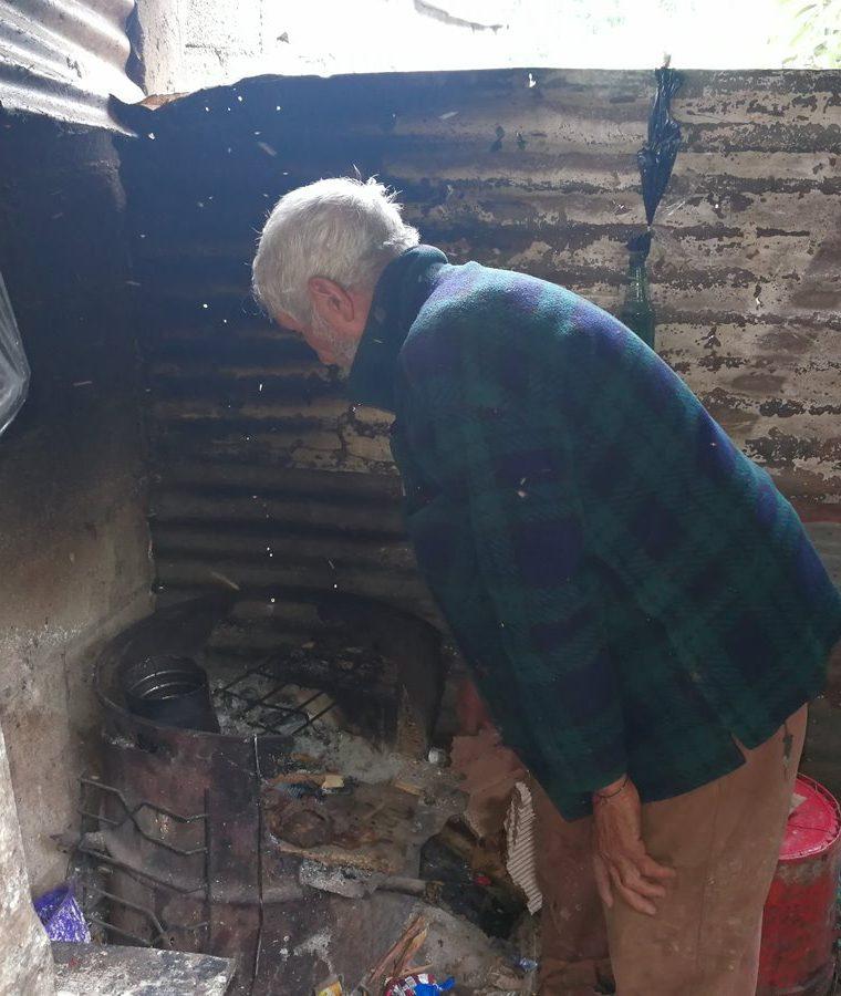 La cocina donde el abuelo prepara los alimentos para él y sus nietos. (Foto Prensa Libre: Oscar García).