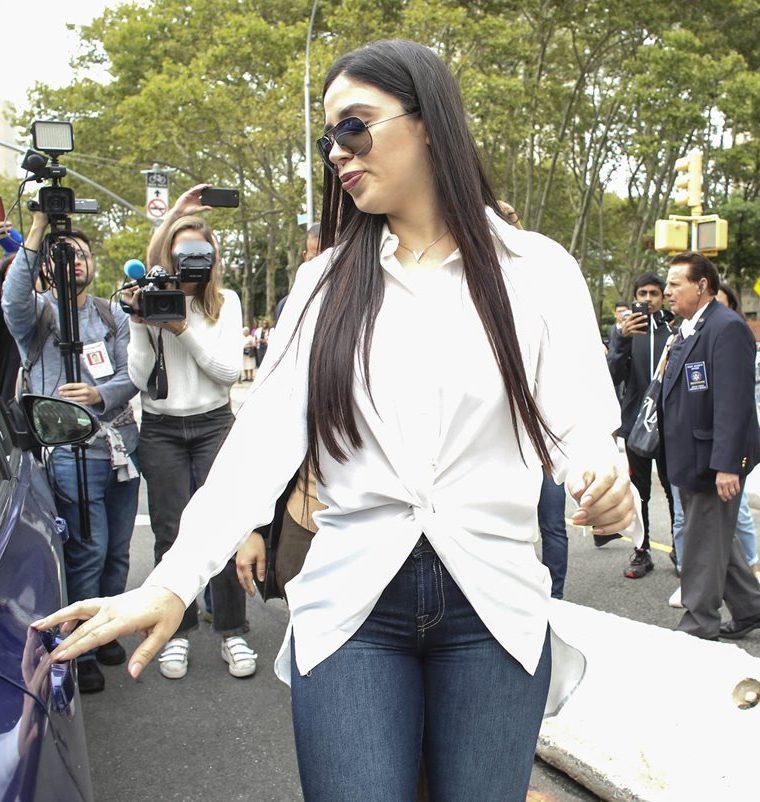 """La esposa del narcotraficante Joaquín Guzmán Loera """"El Chapo"""", Emma Coronel, camina a su salida de una audiencia en una corte de Brooklyn. (Foto Prensa Libre: EFE)"""