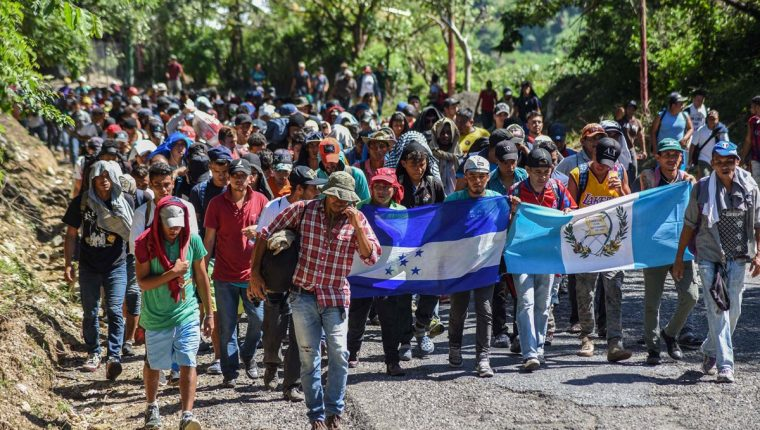 Un grupo de migrantes hondureños parte desde Chiquimula con rumbo a Petén, en busca de la frontera con México. (Foto Prensa Libre: AFP)